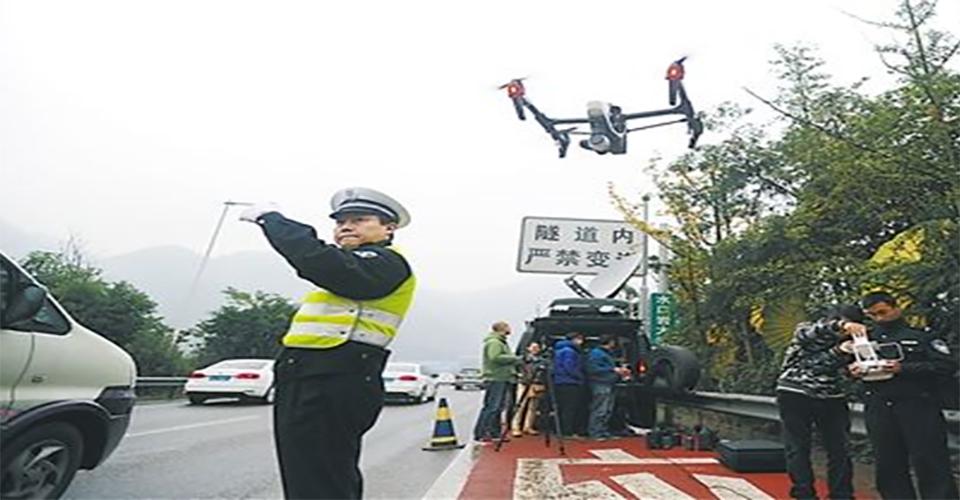 无人机及时出现在交通事故现场